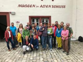 Die Reisegruppe vor dem alten Schloss
