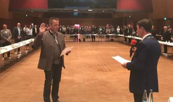 1. Bürgermeister Jürgen Heckel bei der Vereidigung des stellvertretenden Bürgermeisters Ronald Reichenberg