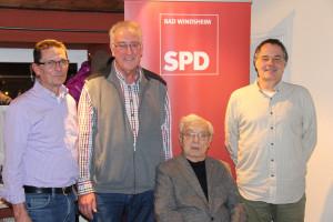 SPD-Ortsvereinsvorsitzender Siegfried Göttfert (links) und Fraktionsvorsitzender Matthias Oberth (rechts) mit den für 30 Jahre SPD-Mitgliedschaft geehrten Thomas Gröbel (Zweiter von links) und Gerhard Horneber.