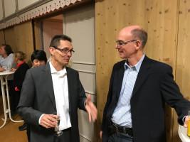 Ortsvereinsvorsitzender Siegfried Göttfert im Gespräch mit dem Historiker Ulrich Herz