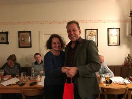 Ronald Reichenberg bedankt sich bei Ines Thoma für Ihre ehrenamtliche Arbeit. Foto: Matthias Oberth