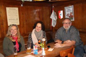 (von links) Stadtratskandidatin Sabine Detsch am Tisch mit Ines Thoma und Rainer Meier von der Liste WiR