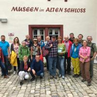 Die SPD Freunde aus Bad Windsheim, Burgbernheim und Neustadt/Aisch vor dem Karpfenmuseum in Neustadt