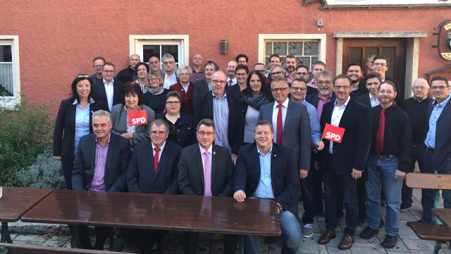 Die bei der Nominierungsversammlung anwesenden Kreistagskandidatinnen und -kandidaten auf einen Blick, ergänzt durch die den Bundestagsabgeordneten Carsten Träger und den ehemaligen Landtagsabgeordneten Harry Scheuenstuhl.