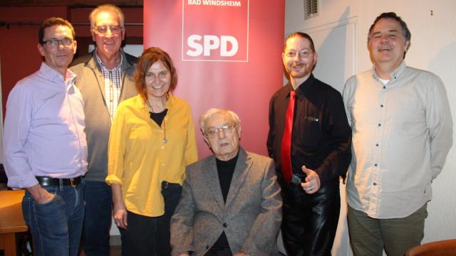 SPD-Ortsvereinsvorsitzender Siegfried Göttfert (links) und Fraktionsvorsitzender Matthias Oberth (rechts) mit den für 30 Jahre SPD-Mitgliedschaft geehrten Thomas Grö